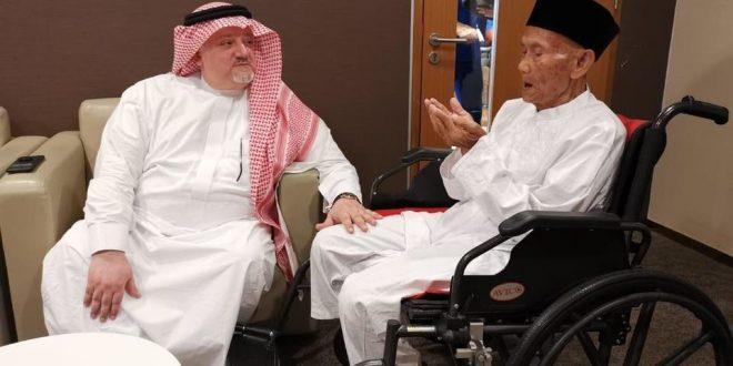 السفير السعودي لدى اندونيسيا يودع المعمر الاندونيسي قبل التوجه لأداء مناسك الحج